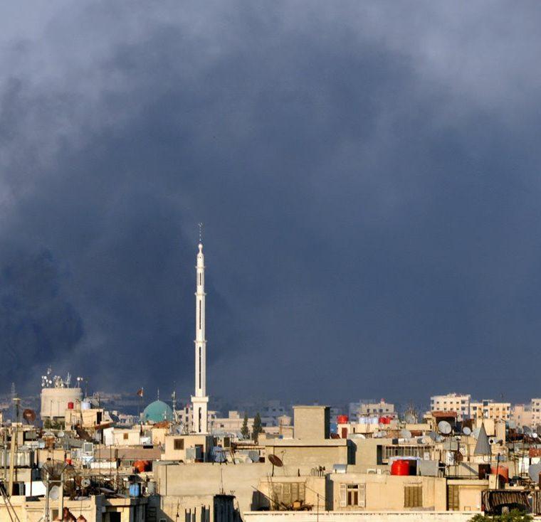 Humo se aprecia sobre la ciudad de Damasco, Siria, el 18 de julio de 2012, producto de una explosión en contra de un edificio. (Foto: AP)