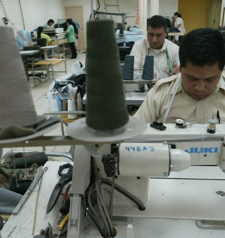 Personal militar trabajando en la confección de uniformes. (Foto Prensa Libre: Hemeroteca PL)