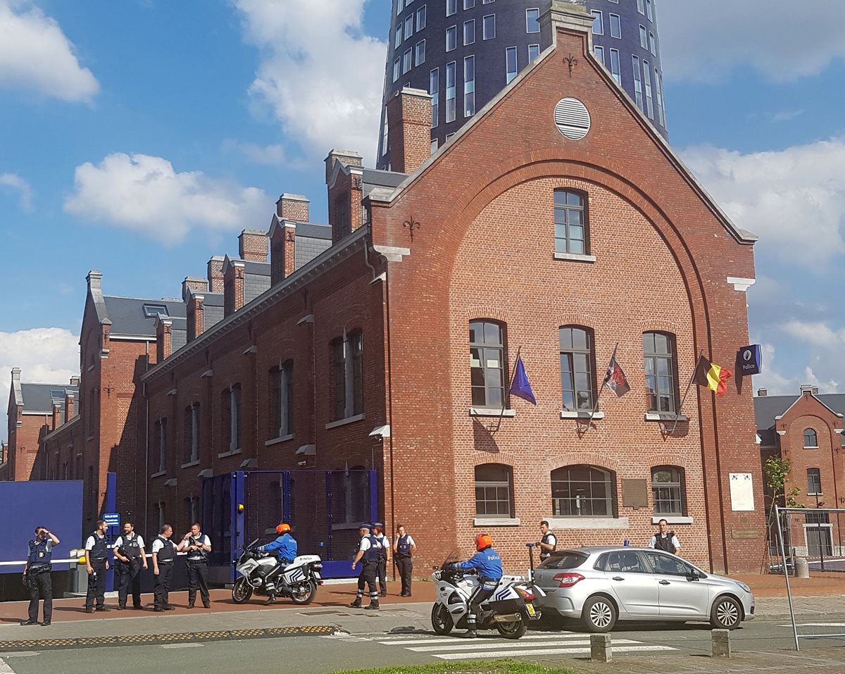 Hombre ataca con machete a dos policías belgas