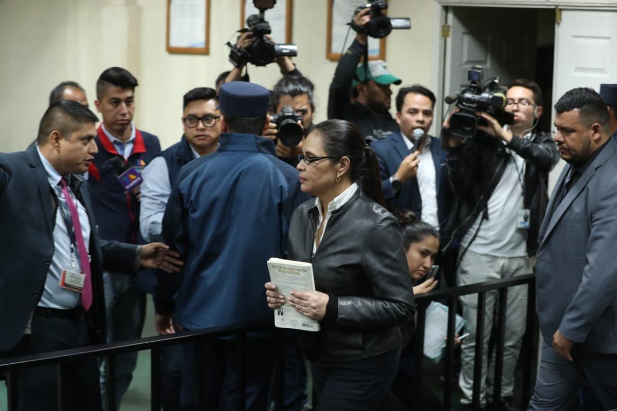 Roxana Baldetti se retira de la megasala luego de escuchar la condena. (Foto Prensa Libre: Esbin García)
