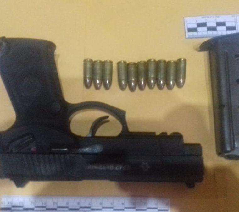 La PNC incautó una pistola. (Foto Prensa Libre: Cortesía)