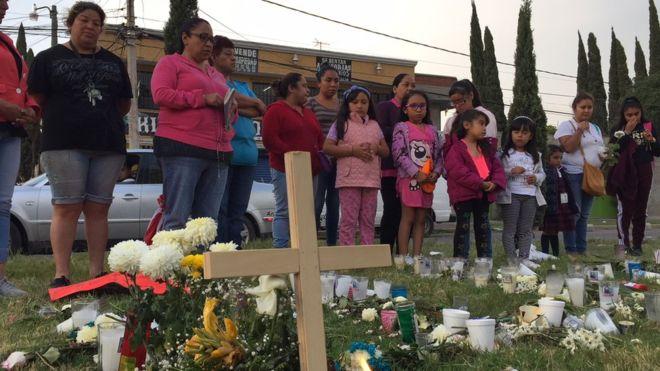 """Mujeres y niñas rezan en el memorial improvisado. """"Podría haber sido yo, o cualquiera, dice una de ellas""""."""