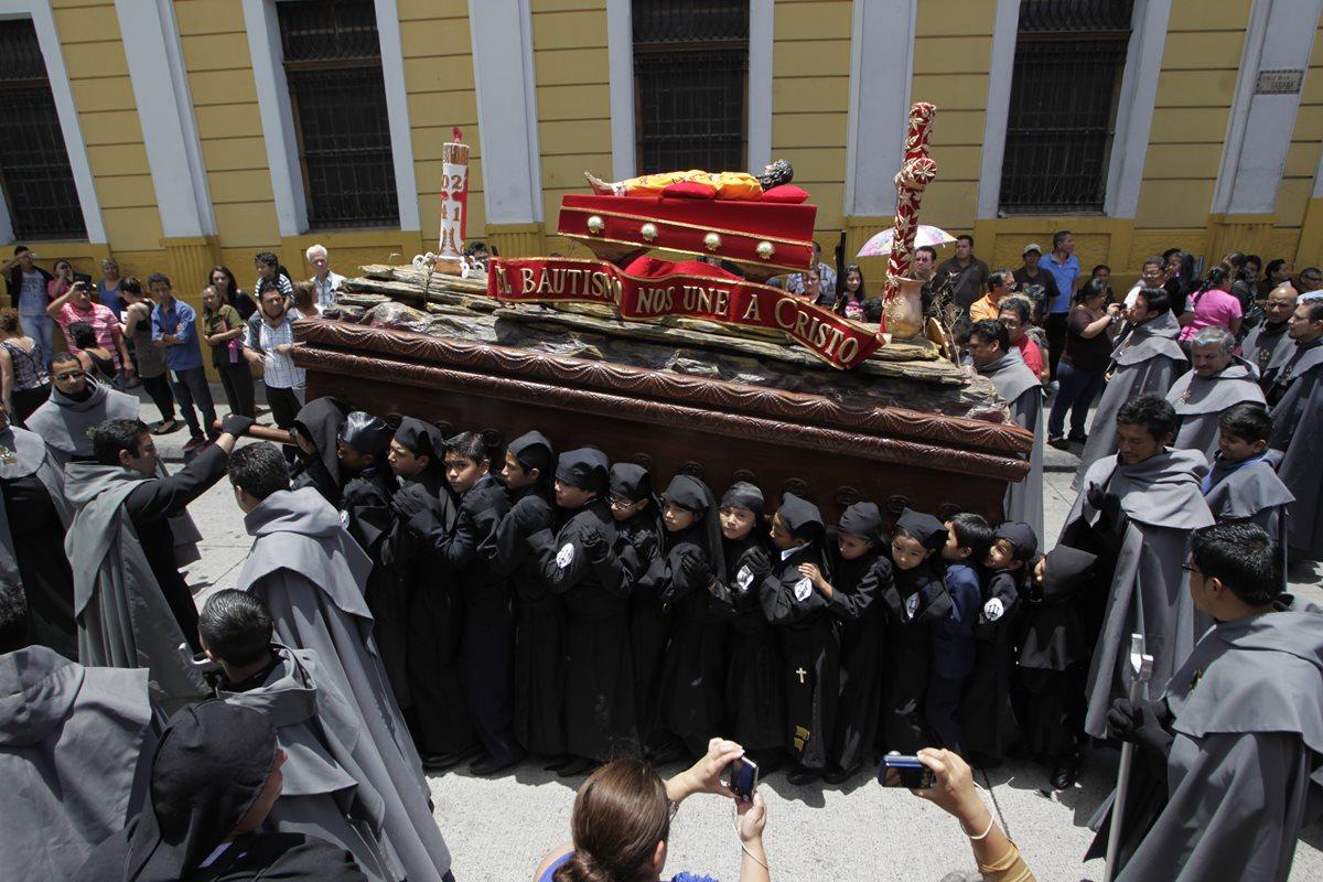 Procesión infantil del Santo Cristo Yacente del Templo El Calvario que sale el sábado santo. (Foto: Hemeroteca PL)