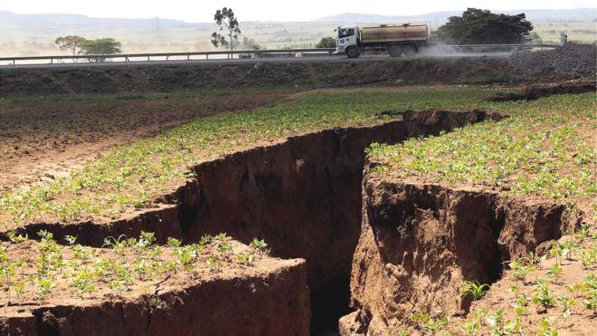 La carretera que une Narok con Nairobi fue atravesada por la grieta que se abrió el mes pasado en el suroeste de Kenia. REUTERS