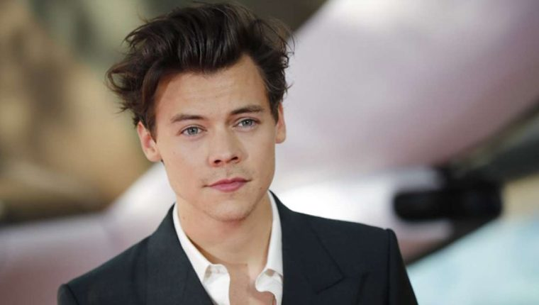 La orientación sexual de Harry Styles ha sido cuestionada constantemente. Incluso algunos medios especularon sobre un posible romance con otro de los integrantes de One Direction. (Foto Prensa Libre: AFP).