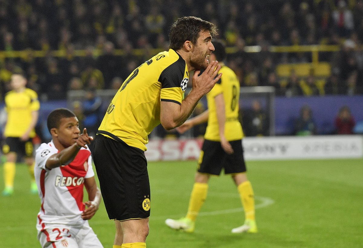Sokratis Papastathopoulos, del Borussia, reclama una falta de Kylian Mbappe.