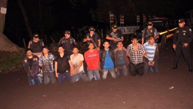 Los nueve capturados son custodiados por agentes de la PNC en Siquinalá, Escuintla. (Foto Prensa Libre: PNC)
