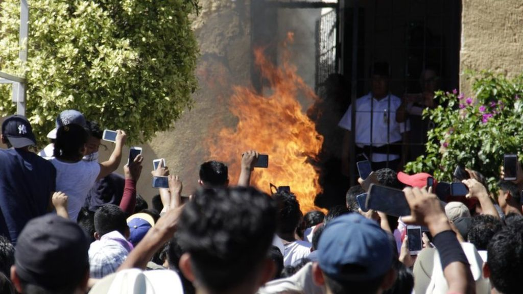 """""""Fake news"""" en México: cómo un mensaje de WhatsApp llevó a un pequeño pueblo a quemar vivos a dos hombres inocentes"""