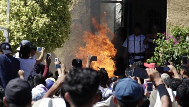 Una multitud de celulares se levantaron para captar el momento en que Ricardo y Alberto fueron quemados vivos. ENFOQUE