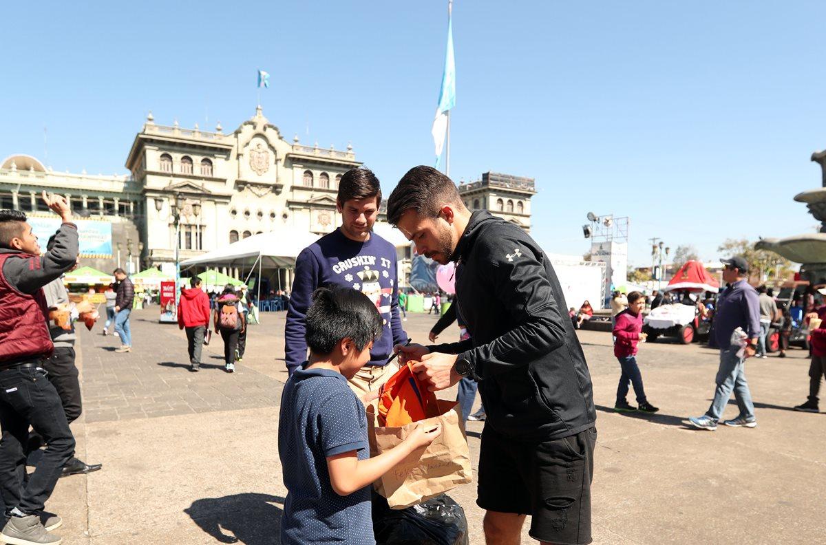 Rodrigo Saravia regaló camisolas en la zona 1. (Foto Prensa Libre: Jeniffer Gómez)