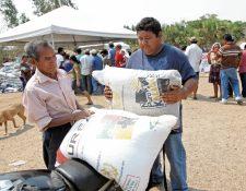 Durante 2015 se entregaron 1 millón 100 mil sacos de abono a pequeños productores del país. (Foto Prensa Libre: Hemeroteca PL)