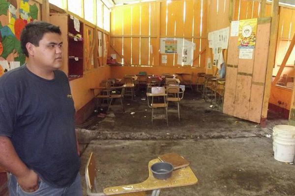 Maestro muestra estado de un salón de clases de la escuela Mopán, en Dolores, Petén. (Foto Prensa Libre: Walfredo Obando).?