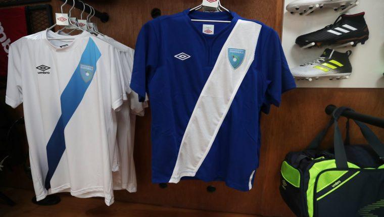 Las ventas de las camisolas de la Selección Nacional se encuentran estancadas, debido a que los aficionados ya no acuden a adquirla, en medida por el castigo que le impuso la Fifa a la Fedefut desde el 28 de octubre de 2016 (Foto Prensa Libre: Edwin Fajardo)