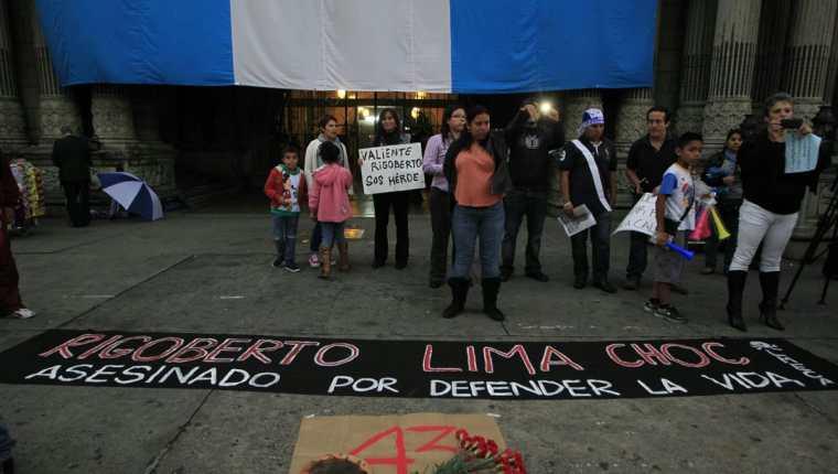 Decenas de guatemaltecos exigen el esclarecimiento de la muerte de Rigoberto Lima, en Sayaxché Petén. (Foto Prensa Libre: Edwin Bercián)