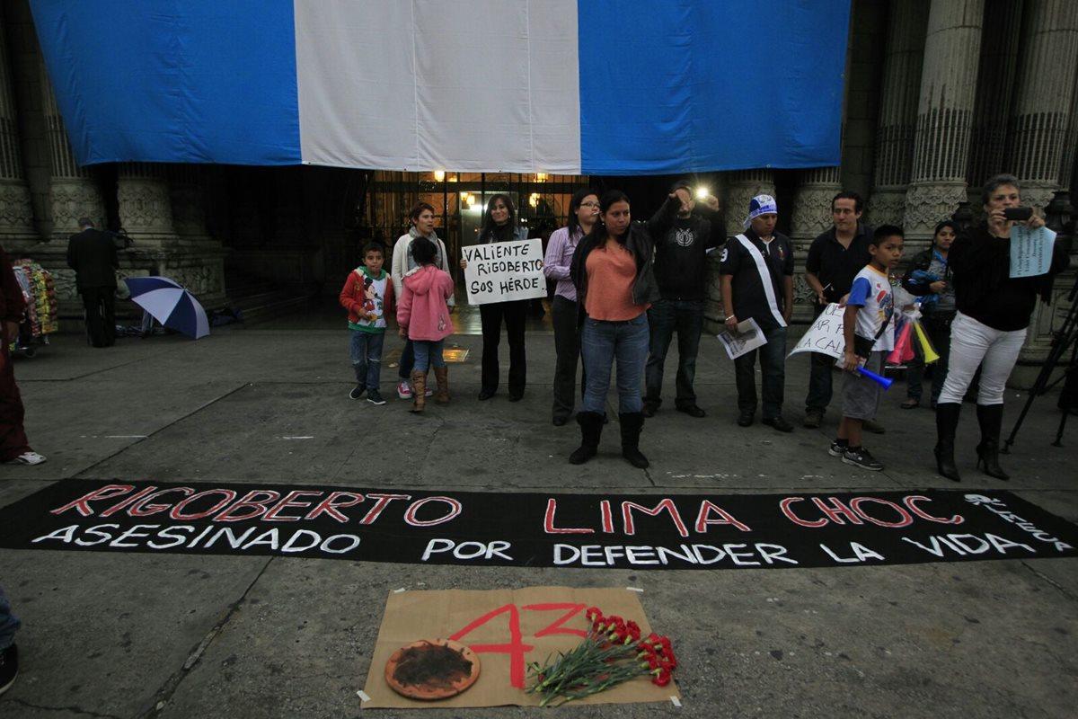 Grupo protesta por asesinato de Rigoberto Lima