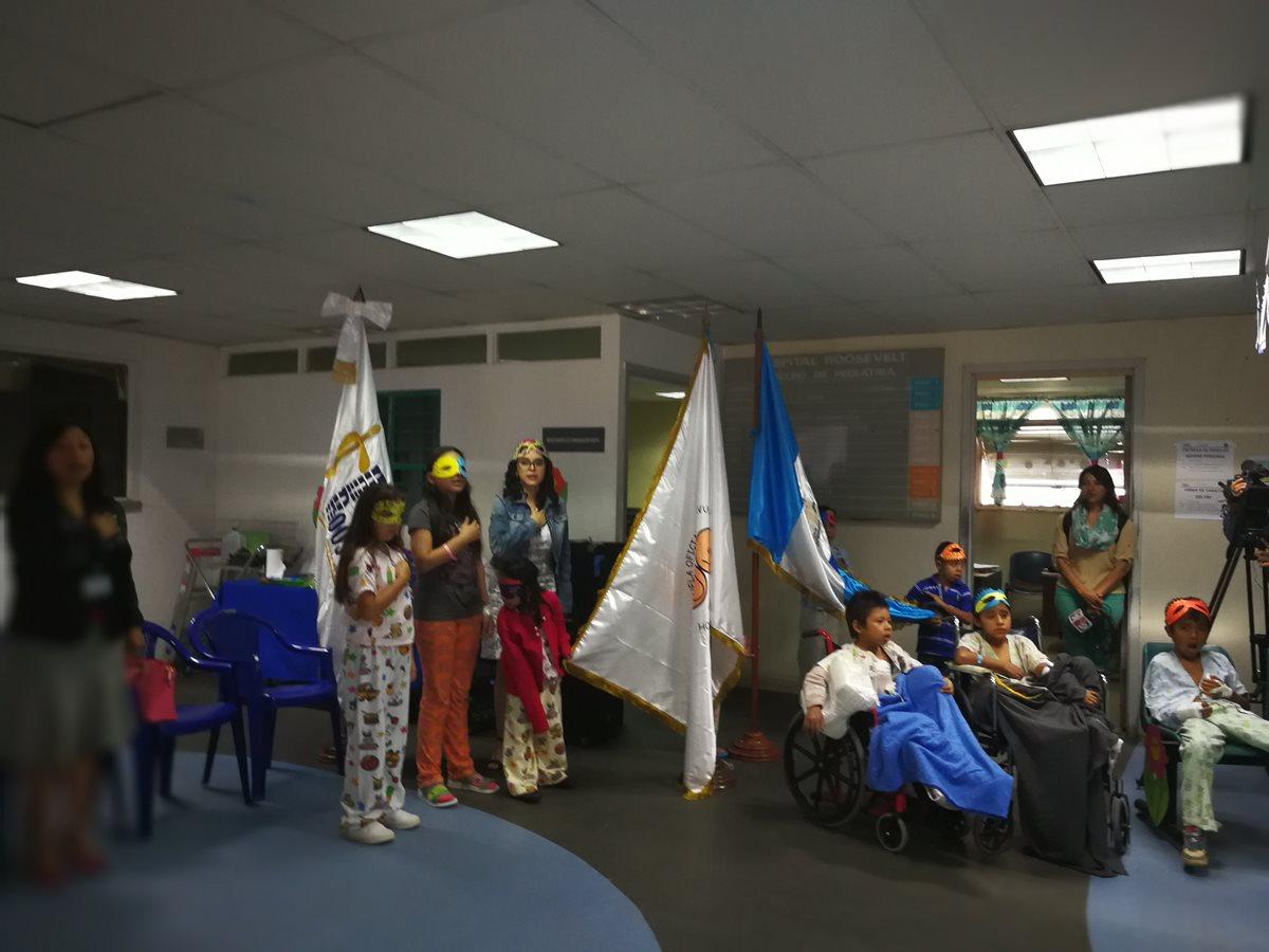 Como parte de los actos especiales, los niños cantaron el Himno Nacional de Guatemala. (Foto Prensa Libre: Ana Lucía Ola)