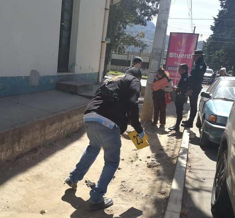 Fiscales del MP recaban evidencias en los alrededores de los negocios que fueron saqueados en la zona 3 de Xela. (Foto Prensa Libre: Fred Rivera)