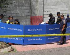 Autoridades efectúan análisis del lugar donde murió un hombre a balazos, en Santa Catarina Mita, Jutiapa. (Foto Prensa Libre: Hugo Oliva)