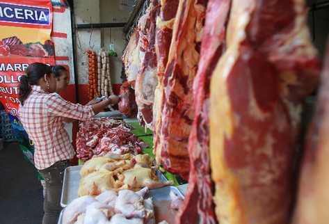 El alza en la  carne de res es de más de Q3 en las carnicerías de la capital y la provincia. Autoridades dicen que la causa es  el desabastecimiento.