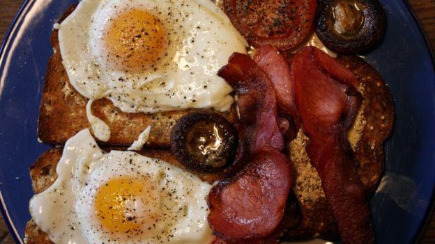 En el refugio, los taxistas pueden hincarle el diente a un buen desayuno inglés de huevos fritos, frijoles en salsa, tocino, salchicha y tomate asado.