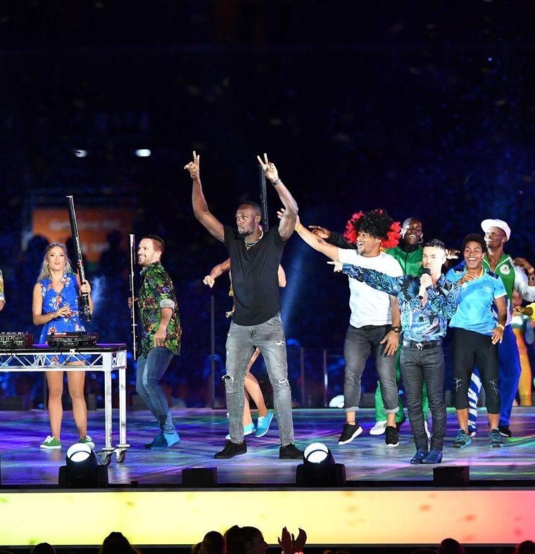 Usain Bolt disfrutó con los animadores durante la clausura de los juegos. (Foto Prensa Libre: AFP)