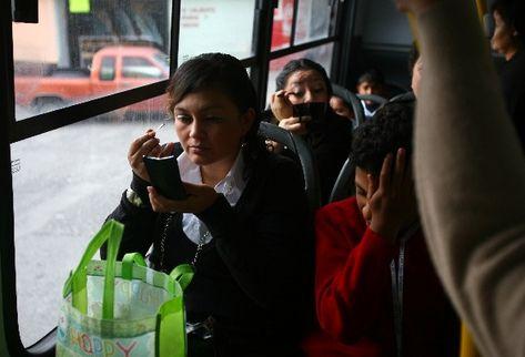 """La tranquilidad se adueña de las pasajeras de un autobús """"Solo para mujeres"""" que partió de La Alameda, zona 18."""