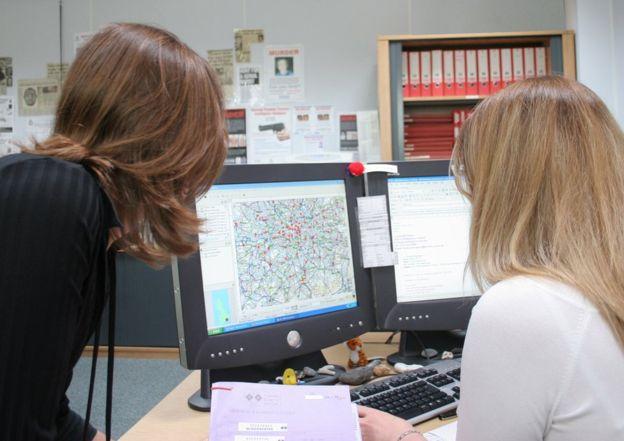 Frances Bates (izq.) aplicó parámetros como la geografía para refinar la lista. (FORENSIC SCIENCE SERVICE)