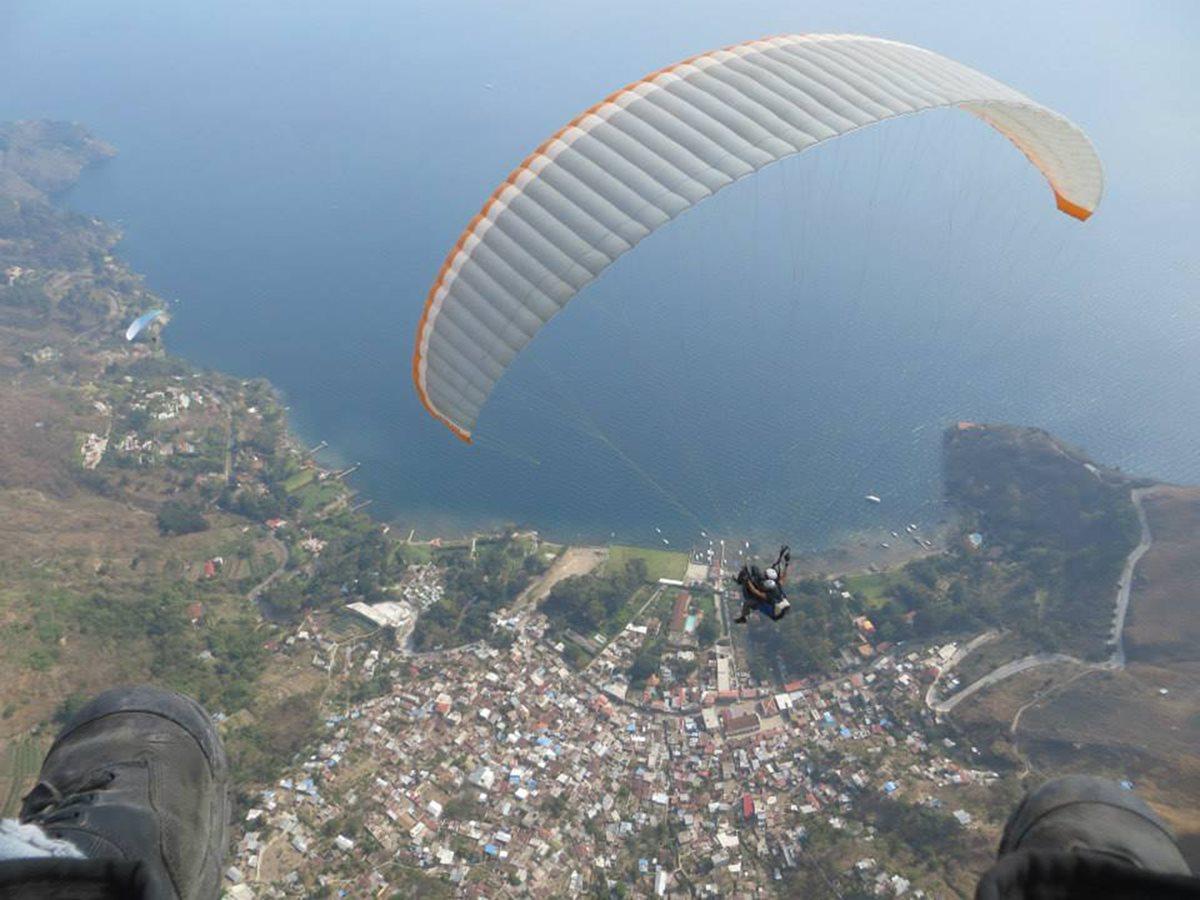 Vuelos en parapente sobre el lago de Atitlán deslumbran