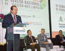 el presidente de la Cámara de Industria, Emilio Castillo, con el ministro de Ambiente y ejecutivos del sector.