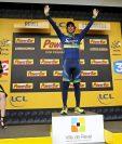 El cilista australiano Michael Matthews del Orica BikeExchange, celebra en el podio su victoria en la 10ª etapa del Tour de Francia, de 197 kilómetros entre las localidades de Escaldes-Engordany y Revel en Francia. (Foto Prensa Libre: EFE)