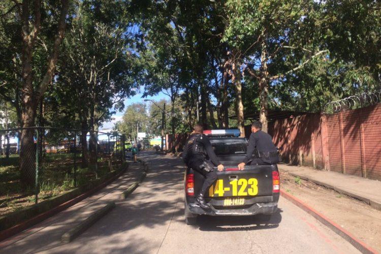 Las autoridades han acordonado el área en el ingreso al hospital Roosevelt.