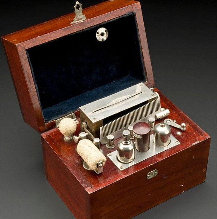 Los vibradores originalmente eran dispositivos mecánicos de manivela manual. Sin embargo, una gama de vibradores y accesorios estaban disponibles para cuando salió al mercado este ejemplo electromecánico, hecho en Inglaterra entre 1920 y 1940 por la firma Ever Ready. (Science Museum London).