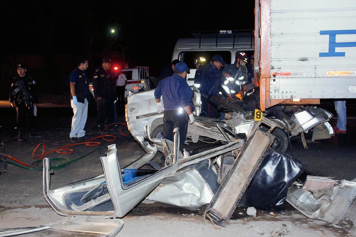 Socorristas utilizan  equipo hidráulico para rescatar cadáveres que quedaron atrapados por el choque, en El Tejar, Chimaltenango. (Foto Prensa Libre: Retato Melgar)
