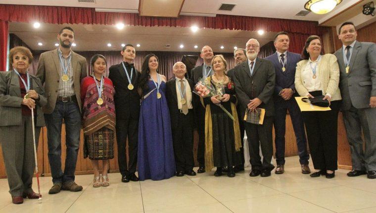 Los 14 artistas que fueron homenajeados en la noche de Premios Artista del Año. (Foto Prensa Libre: J. Ochoa).