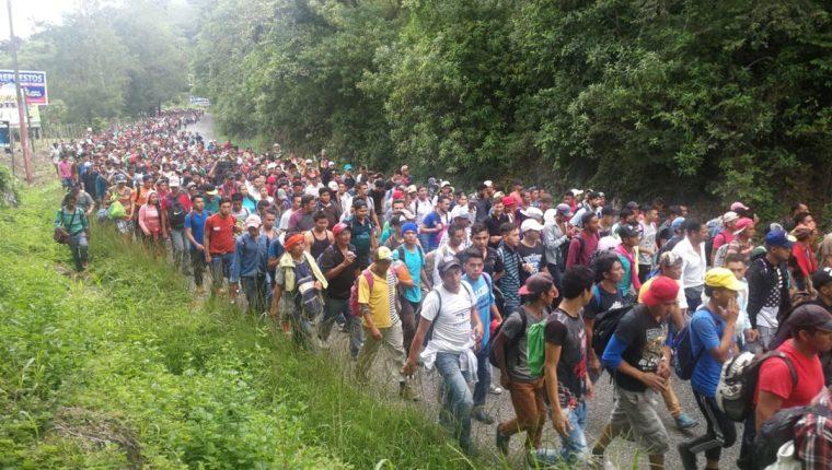 Hondureños caminan entre Esquipulas a la cabecera de Chiquimula. (Foto Prensa Libre: Érick Ávila)