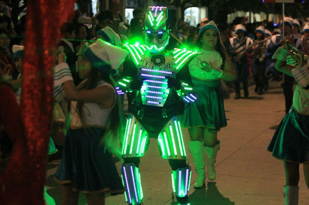 Un personaje deslumbra con su traje iluminado.