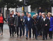 Varias víctimas de Barry Bennell, entre ellos Chris Unsworth (Centro) y Steve Walters estuvieron presentes en la corte para escuchar la sentencia. (Foto Prensa Libre: AFP)