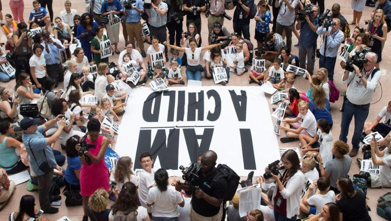 Niños participan en una protesta en donde exigen la reunificación de todos los menores de edad con sus familias. (Foto Prensa Libre: EFE)