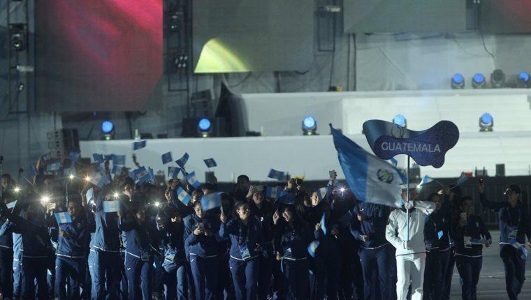 Thomas Blossbach encabeza la delegación de Guatemala en el desfile de inauguración de Barranquilla 2018. (Foto Prensa Libre: Cortesía ACD)