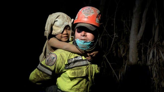Los rescatistas han trabajado de día y de noche con la esperanza de encontrar sobrevivientes. REUTERS