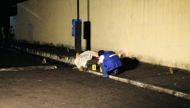 En el  área del ataque fueron localizados varios casquillos de bala, que fueron embalados por elementos del MP, en Masagua, Escuintla. (Foto Prensa Libre: Carlos E. Paredes)