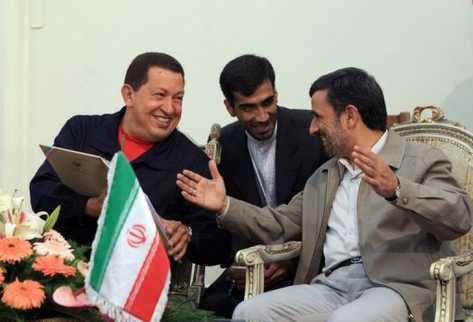 El presidente de Venezuela, Hugo Chávez (i) en Teherán con su par de Irán, Mahmud Ahmadinejad. (AFP).