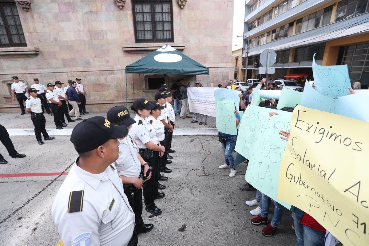 Familiares piden mejores beneficios para los agentes. Foto Prensa Libre: Óscar Rivas)