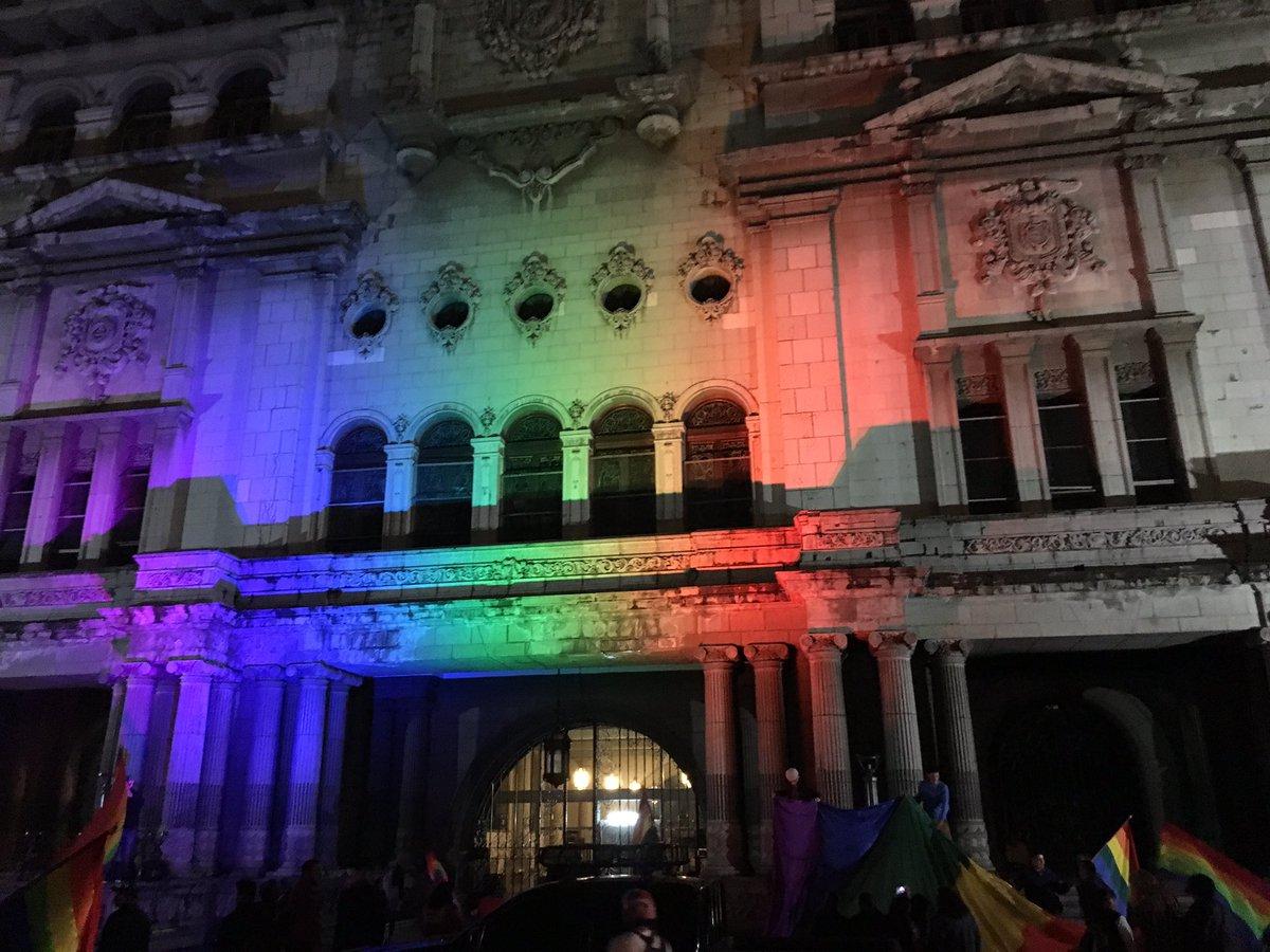 Proyectan bandera de la diversidad sexual en el Palacio sin permiso