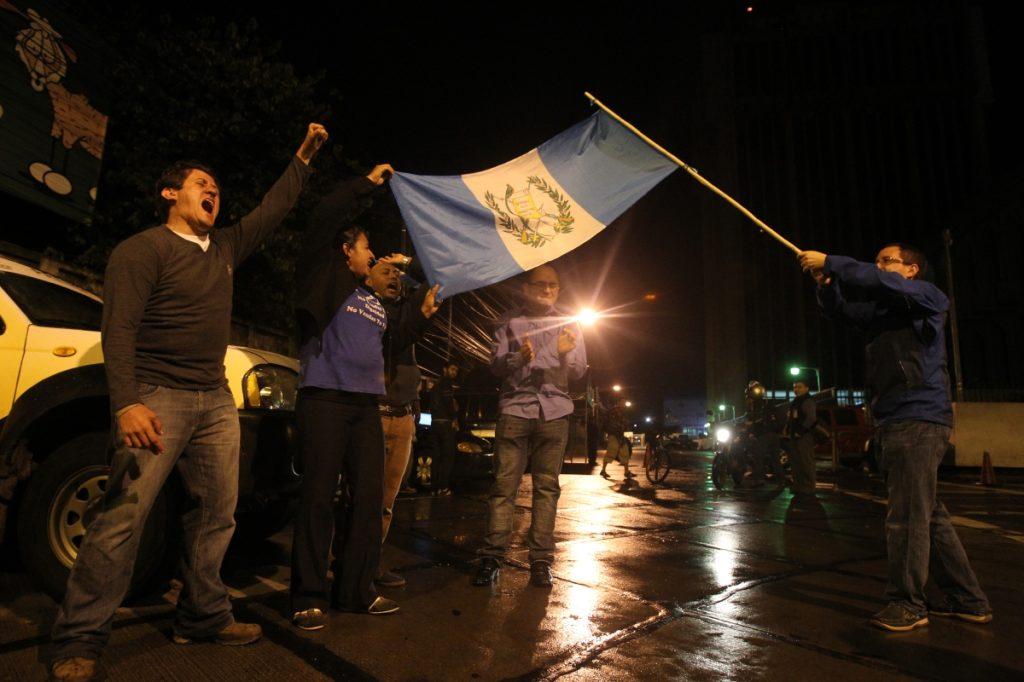 Los manifestantes esperan la llegada del presidente a Tribunales.