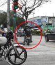 Varios motociclistas se atraviesan las calles pese a que el semáforo no les brinda el paso. (Foto Prensa Libre: Juan Carlos Rivera)