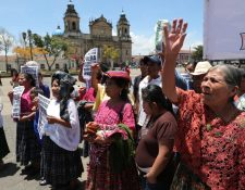 Familiares de sobrevivientes de Chicoyogüito exigen el retorno de sus tierras, de donde fueron desalojados hace 50 años, para instalar un destacamento militar. (Foto Prensa Libre: Estuardo Paredes)