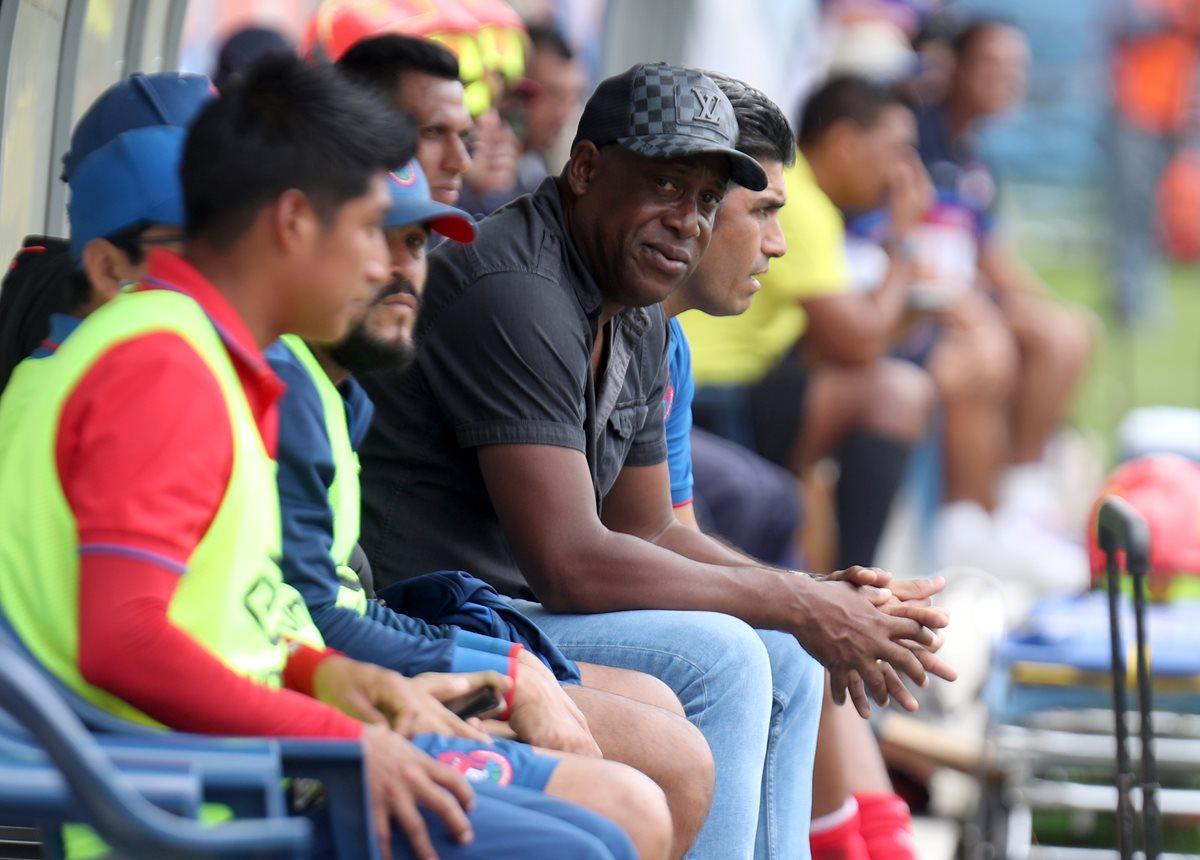 El costarricense Hernán Medford (de negro) tiene cifras negativas con el equipo escarlata. En el Clausura 2018 los dejó fuera de las finales. (Foto Prensa Libre: Hemeroteca PL)