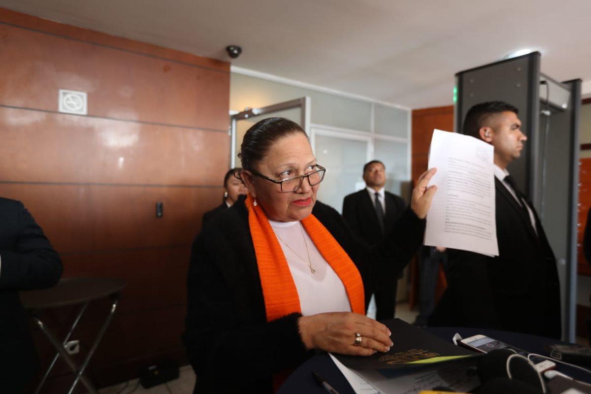 La fiscal General, María Consuelo Porras, mostró la denuncia para investigar al personal de la Feci. (Foto Prensa Libre: Érick Ávila)