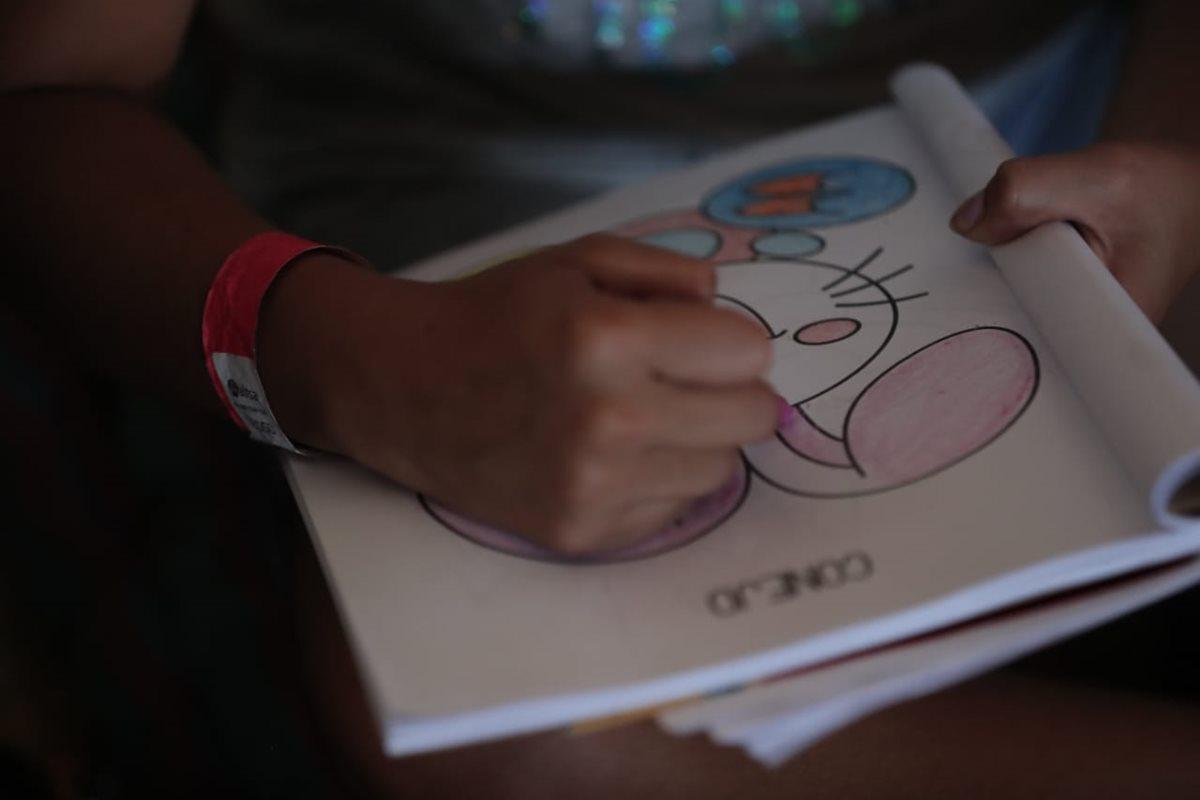 Entre otras terapias, voluntarios piden a los niños que dibujen y pinten.